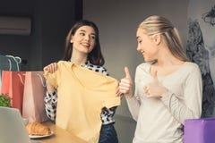 Amies de jeunes femmes dans un temps gratuit de café Images libres de droits