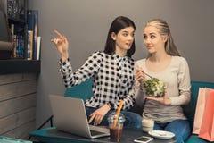 Amies de jeunes femmes dans un temps gratuit de café Images stock