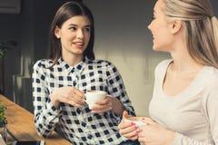 Amies de jeunes femmes dans un temps gratuit de café Photo libre de droits