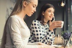 Amies de jeunes femmes dans un temps gratuit de café Photographie stock
