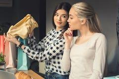 Amies de jeunes femmes dans un temps gratuit de café Image stock