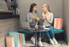 Amies de jeunes femmes dans un temps gratuit de café Photographie stock libre de droits