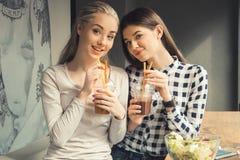 Amies de jeunes femmes dans un temps gratuit de café Photo stock