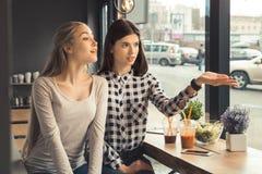 Amies de jeunes femmes dans un temps gratuit de café Photos libres de droits