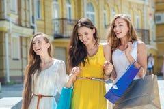 Amies de mode pour une promenade Filles tenant des paniers et Image libre de droits