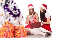 Amies de Noël avec l'ordinateur portatif. Images stock
