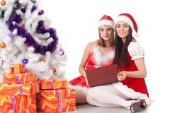 Amies de Noël avec l'ordinateur portatif Images stock