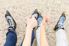 Amies de personnes avec des patins de rouleau extérieurs Photo stock