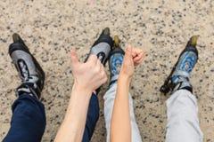 Amies de personnes avec des patins de rouleau extérieurs Photographie stock