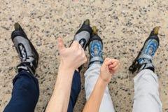 Amies de personnes avec des patins de rouleau extérieurs Image libre de droits