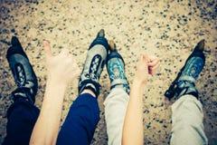 Amies de personnes avec des patins de rouleau extérieurs Photos stock