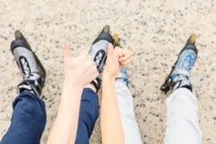 Amies de personnes avec des patins de rouleau extérieurs Images libres de droits