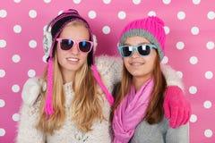 Amies de portrait en hiver Photographie stock
