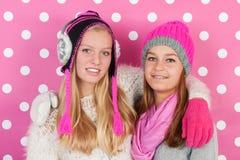 Amies de portrait en hiver Image libre de droits