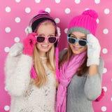 Amies de portrait en hiver Photo stock