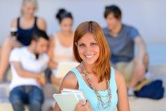 Amies de sourire de fille d'étudiant universitaire d'été derrière Image stock