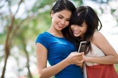 Amies de transmission de messages Photographie stock libre de droits