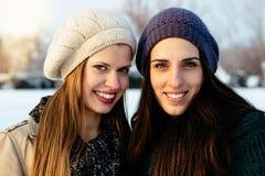 Amies dehors en portrait d'hiver Photos stock