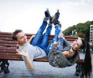 Amies des jeunes dans le costume de formation avec des patins de rouleau Photos libres de droits