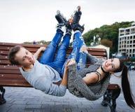 Amies des jeunes dans le costume de formation avec des patins de rouleau Photos stock