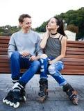 Amies des jeunes dans le costume de formation avec des patins de rouleau Photographie stock libre de droits