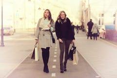 Amies du voyage deux d'achats Photos libres de droits