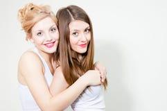 Amies : Elle est mon meilleur ami à qui je peux faire confiance Photographie stock libre de droits