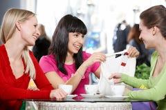 Amies en café Images libres de droits