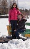 Amies en stationnement hivernal Photos libres de droits