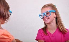 Amies espiègles avec des lunettes Photo libre de droits