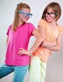 Amies espiègles avec des lunettes Image stock