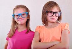 Amies espiègles avec des lunettes Photos libres de droits