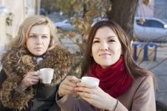 Amies et café Photographie stock libre de droits