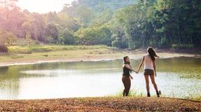 Amies explorant dehors la nature Image libre de droits