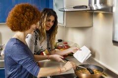 Amies faisant cuire à la maison ensemble Photo libre de droits