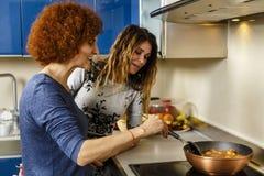 Amies faisant cuire à la maison ensemble Image libre de droits