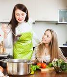 Amies faisant cuire la soupe ensemble Image stock