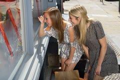 Amies faisant des emplettes dans la ville Photo stock