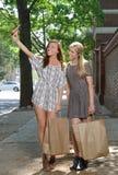 Amies faisant des emplettes dans la ville - prise d'un selfie Photographie stock