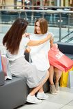 Amies faisant des emplettes en vente Photos stock