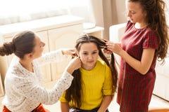 Amies faisant la coiffure Photo stock