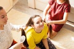 Amies faisant la coiffure Photo libre de droits