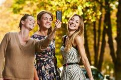Amies faisant le selfie Image libre de droits
