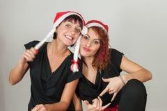 Amies habillées comme Noël de mère Photographie stock libre de droits