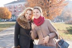 Amies heureuses avec des paniers Image libre de droits
