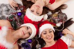 Amies heureuses avec la décoration de Noël. Photos libres de droits