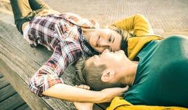 Amies heureuses dans l'amour partageant le temps ensemble au voyage de voyage Images libres de droits