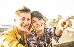 Amies heureuses dans l'amour partageant le temps ensemble au voyage de voyage Image stock