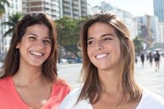 Amies heureuses dans la ville Image libre de droits