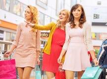 Amies heureuses dans le centre commercial Photographie stock libre de droits